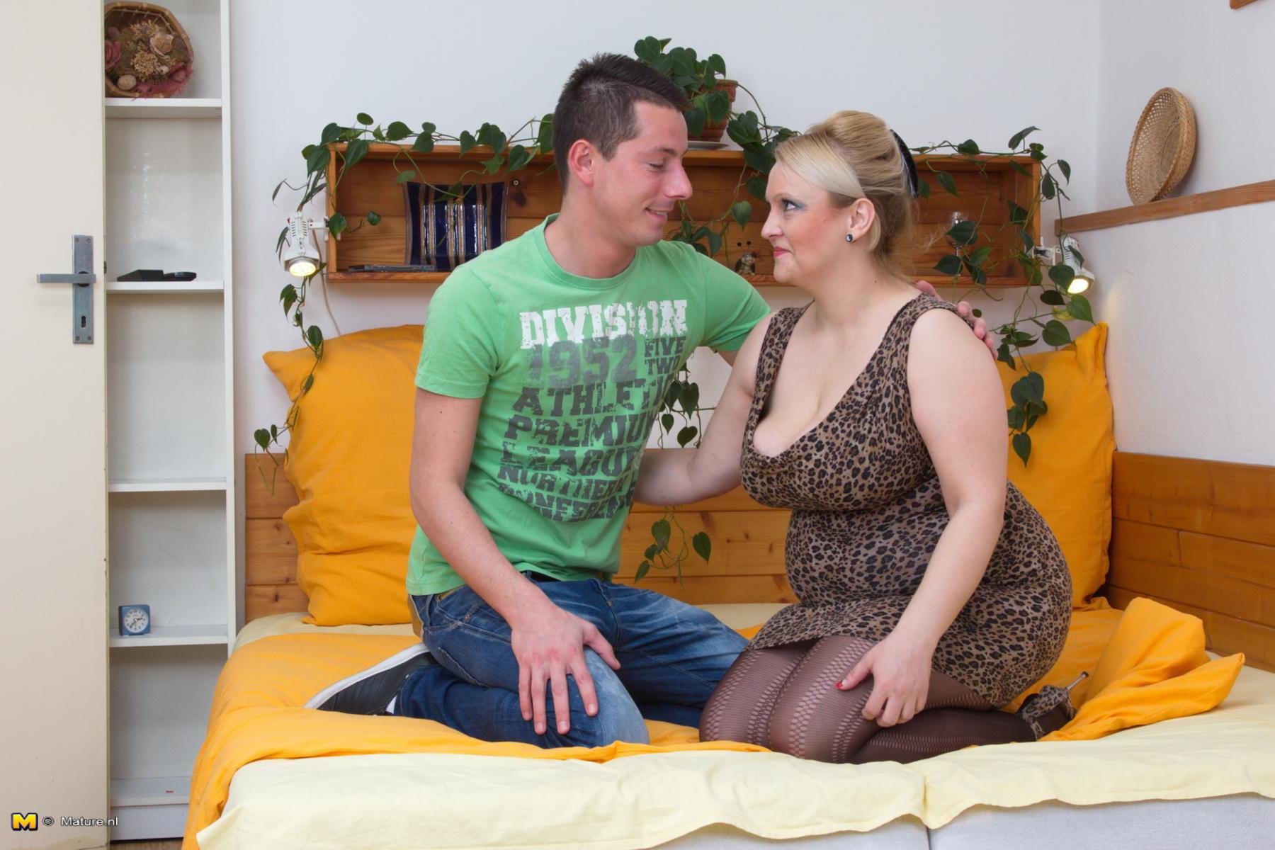 Трахнул свою дочь и мать, Секс с дочерью » Порно мамочки онлайн Full HD 9 фотография