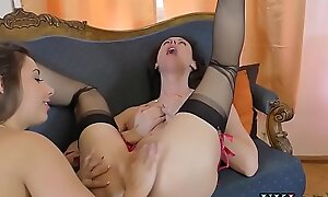 Mature brit fingerbanged and eaten out