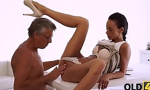 OLD4K. Young latitudinarian tastes chief'_s Hawkshaw in nice elderly and young video